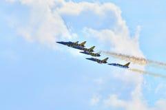 MOSCÚ, RUSIA - AGOSTO DE 2015: Formación aeroacrobacia del grupo Foto de archivo libre de regalías