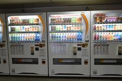 MOSCÚ, RUSIA - 17 06 2015 Compañías japonesas DyDo de las máquinas expendedoras para las bebidas en un paso inferior Imágenes de archivo libres de regalías