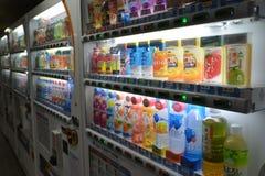 MOSCÚ, RUSIA - 17 06 2015 Compañías japonesas DyDo de las máquinas expendedoras para las bebidas en un paso inferior Imagen de archivo libre de regalías