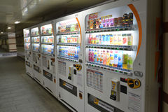 MOSCÚ, RUSIA - 17 06 2015 Compañías japonesas DyDo de las máquinas expendedoras para las bebidas en un paso inferior Foto de archivo libre de regalías