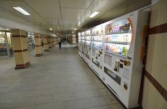 MOSCÚ, RUSIA - 17 06 2015 Compañías japonesas DyDo de las máquinas expendedoras para las bebidas en un paso inferior Imagen de archivo