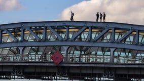 Moscú; Rusia, comportamiento aventurado de la gente joven, tomando el selfie, en el puente almacen de video