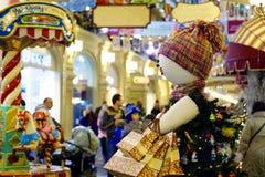 MOSCÚ RUSIA comprador inflable de la estatuilla del 6 de diciembre de 2015 con las compras Foto de archivo libre de regalías