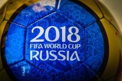 Moscú, Rusia 29 de abril de 2018 Bola del recuerdo con los emblemas del mundial 2018 de la FIFA en Moscú Fotografía de archivo libre de regalías