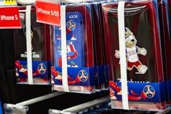 MOSCÚ, RUSIA - 21 de abril de 2018: Caso de Iphone en una tienda de regalos con el mundial la FIFA 2018 símbolos mundial Tienda d Fotografía de archivo libre de regalías