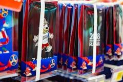 MOSCÚ, RUSIA - 21 de abril de 2018: Caso de Iphone en una tienda de regalos con el mundial la FIFA 2018 símbolos mundial Tienda d Imágenes de archivo libres de regalías