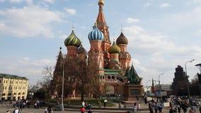 Moscú, Rusia - 30 de abril 2018 Catedral del ` s de la albahaca del St en cuadrado rojo almacen de video