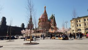 Moscú, Rusia - 14 de abril 2018 Catedral del ` s de la albahaca del St en cuadrado rojo almacen de metraje de vídeo