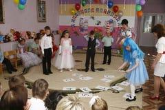 Moscú, Rusia 17 de abril de 2014: niños que bailan y que juegan durante un partido en kindergarte Foto de archivo