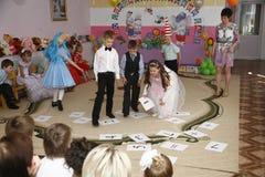 Moscú, Rusia 17 de abril de 2014: niños que bailan y que juegan durante un partido en kindergarte Imagen de archivo