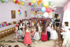 Moscú, Rusia 17 de abril de 2014: niños que bailan y que juegan durante un partido en kindergarte Imagenes de archivo