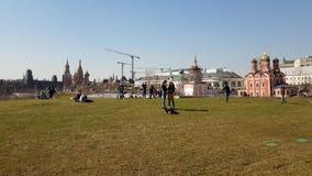 Moscú, Rusia - 14 de abril 2018 La gente se relaja en césped en el parque Zaryadye almacen de metraje de vídeo