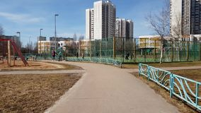 Moscú, Rusia 22 de abril 2018 Niños que juegan en patio en Zelenograd almacen de video