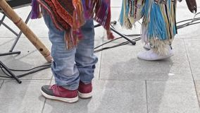 Moscú, Rusia - 20 de abril de 2019: Piernas de los músicos de la calle en los trajes indios americanos étnicos que bailan en la c almacen de video