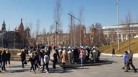 Moscú, Rusia - 14 de abril 2018 Repita la instalación en el parque de Zaryadye, esculturas del metal almacen de metraje de vídeo