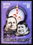 MOSCÚ, RUSIA - 2 DE ABRIL DE 2017: Un sello de los posts impreso en el sho de URSS Fotos de archivo