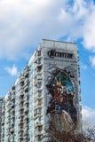 MOSCÚ, RUSIA - 4 de abril 2016 Vengadores de la publicidad de los tebeos de la maravilla en fachada del edificio residencial Imagen de archivo libre de regalías