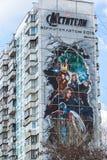 MOSCÚ, RUSIA - 4 de abril 2016 Vengadores de la publicidad de los tebeos de la maravilla en fachada del edificio residencial Foto de archivo libre de regalías