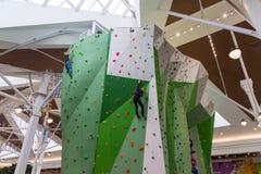Moscú, Rusia - 30 de agosto de 2016 Adolescente en la pared que sube en el centro comercial Zelenopark Fotografía de archivo