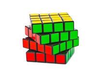 MOSCÚ, RUSIA - 31 de agosto de 2014: El cubo o aislado rompecabezas de Rubik Fotografía de archivo libre de regalías