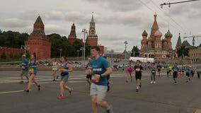 MOSCÚ, RUSIA - 14 DE AGOSTO DE 2016: Medio maratón de la música Los corredores superan una distancia almacen de metraje de vídeo