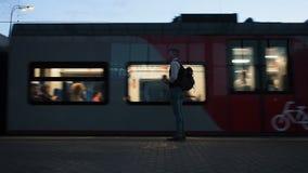 Moscú, Rusia - 20 de agosto de 2018: El hombre está esperando el tren en la estación de metro por la tarde La gente se acerca almacen de metraje de vídeo