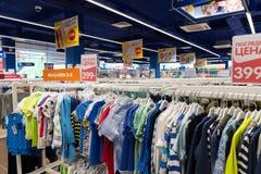 Moscú, Rusia - 30 de agosto 2016 El mundo de los niños - red de las tiendas de la ropa de los niños Ropa para los muchachos Fotos de archivo libres de regalías