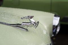 MOSCÚ, RUSIA - 26 DE AGOSTO DE 2017: El primer del cromo brillante plateó ciervos en la capilla del coche viejo ligero GAZ M21 Vo foto de archivo libre de regalías