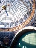 MOSCÚ, RUSIA - 11 DE AGOSTO DE 2018: Espacio del pabellón de VDNH Bóveda de cristal y un modelo del satélite fotos de archivo