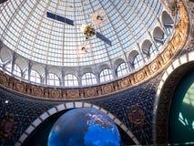 MOSCÚ, RUSIA - 11 DE AGOSTO DE 2018: Espacio del pabellón de VDNH Bóveda de cristal y un modelo del satélite imágenes de archivo libres de regalías