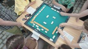 Moscú, Rusia - 9 de agosto de 2018: Festival japonés en Moscú Niños que juegan al juego teja-basado asiático del mahjong vector metrajes