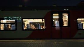 Moscú, Rusia - 20 de agosto de 2018: Salida del tren del círculo central de Moscú La muchacha presiona el botón para abrir almacen de video