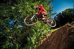 Moscú, Rusia - 31 de agosto de 2017: Salte y vuele en una bici de montaña Fotografía de archivo libre de regalías