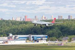 Moscú, Rusia - 07/02/2018: ` De Airbus A330 que TU ` de Turkish Airlines aterriza en el aeropuerto de Moscú Vnukovo fotos de archivo libres de regalías