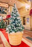 MOSCÚ, Rusia - 19 de diciembre de 2018: Árboles de navidad justos inusuales bajo la forma de helado en una taza de la galleta en  fotos de archivo