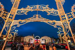 MOSCÚ, RUSIA - 23 DE DICIEMBRE DE 2016: Calles adornadas del ` s del Año Nuevo de Moscú en la noche Foto de archivo libre de regalías