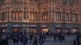 MOSCÚ, RUSIA - 6 DE DICIEMBRE: Cardán tirado de tienda de la GOMA en Moscú Tiro medio de la GOMA adornada almacen de video