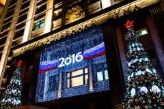 MOSCÚ, RUSIA - 25 DE DICIEMBRE DE 2015: Decoración de la Navidad de la Duma de estado Imagen de archivo