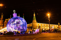 MOSCÚ, RUSIA - 25 DE DICIEMBRE DE 2015: Decoración enorme de la Navidad Foto de archivo libre de regalías