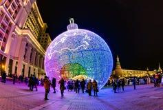 MOSCÚ, RUSIA - 25 DE DICIEMBRE DE 2015: Decoración enorme de la Navidad Imagen de archivo libre de regalías