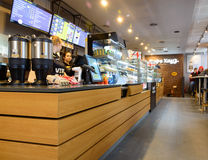MOSCÚ, RUSIA - 27 DE DICIEMBRE DE 2016: interior de una pequeña cafetería en el centro de ciudad Imagen de archivo