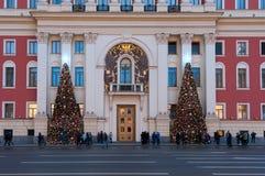 Moscú, Rusia - 23 de diciembre de 2017: Decoración de la iluminación del Año Nuevo y de la Navidad y árboles de navidad del gobie Fotos de archivo