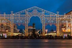 Moscú, Rusia - 23 de diciembre de 2017: Decoración de la luz del Año Nuevo y de la Navidad en el monumento de Yuri Dolgoruky, Tve Imágenes de archivo libres de regalías