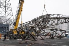 Moscú, Rusia - 21 de diciembre de 2017 El desmontar de las torres de líneas de alto voltaje en la ciudad foto de archivo libre de regalías