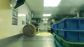 MOSCÚ, RUSIA - 17 DE DICIEMBRE DE 2018 Empleado asiático joven en la pizza del ` s del dominó en el trabajo Fotografía de archivo libre de regalías