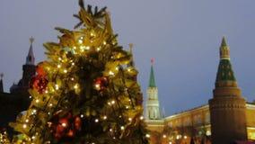 Moscú, Rusia - 21 de diciembre de 2017: Feria del mercado de la Navidad en la Plaza Roja Árbol de abeto iluminado adornado de la  metrajes