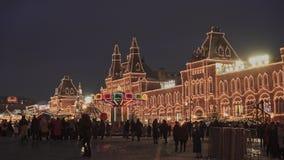 MOSCÚ, RUSIA - 6 DE DICIEMBRE: Gente en feria de la Navidad en Plaza Roja cerca de la tienda de la goma almacen de metraje de vídeo