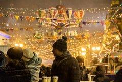 MOSCÚ, RUSIA - 6 DE DICIEMBRE DE 2017: Gente en mercado de la Navidad en Plaza Roja en centro de ciudad de Moscú imagen de archivo
