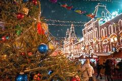 Moscú, Rusia - 5 de diciembre de 2017: GOMA de la casa comercial del árbol de navidad en Plaza Roja en Moscú, Rusia Imágenes de archivo libres de regalías
