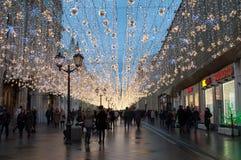 Moscú, Rusia - 23 de diciembre de 2017 La calle de Nikolskaya por la tarde del Año Nuevo y de la Navidad enciende la decoración Fotos de archivo